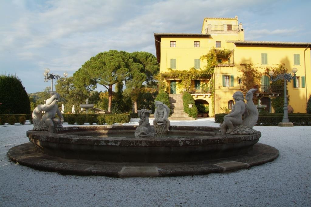Bacino fontana con putti scolpiti a mano in pietra di Vicenza