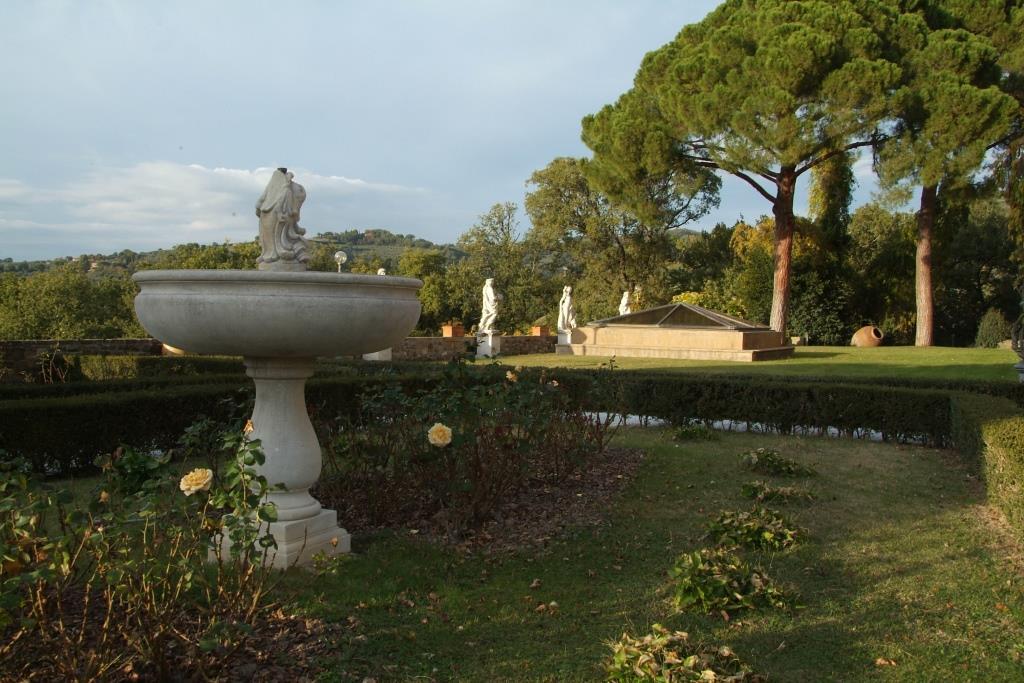 Vista d'insieme giardino arredato con fontana e statue in pietra di Vicenza