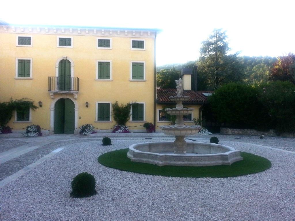 Giardino all'Italiana con fontana centrale con tre piatti, putto finale e bacino in pietra di Vicenza
