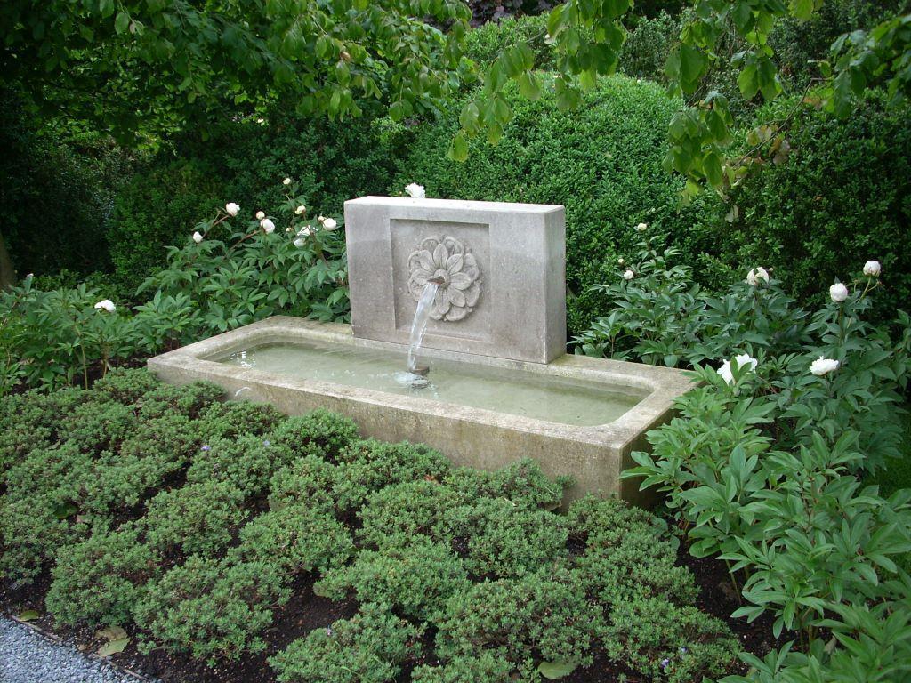 Vasca con schienale con fiore scolpito in pietra di Vicenza