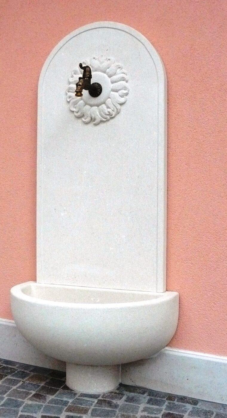 Fontanella a muro in pietra bianca