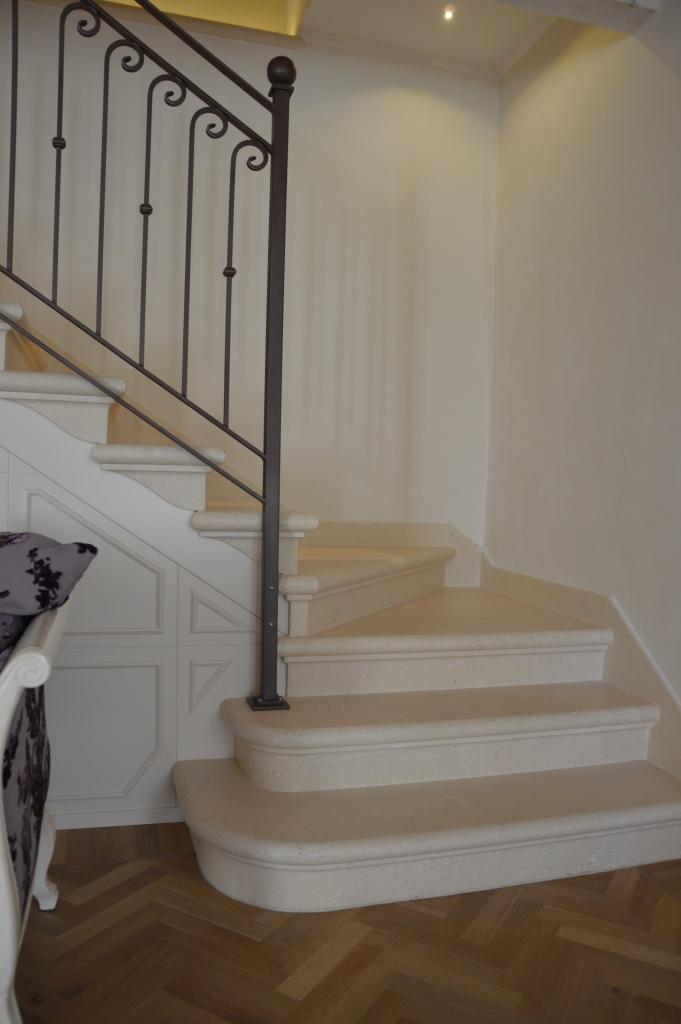Rivestimento scala in pietra Palladio bianca