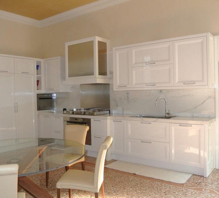 Piano cucina e rivestimento bancone in pietra Palladio grigia