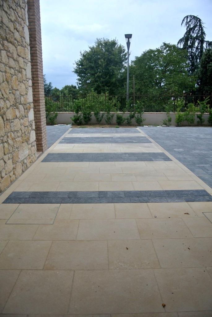 Pavimento esterno in pietra di Vicenza e Porfido
