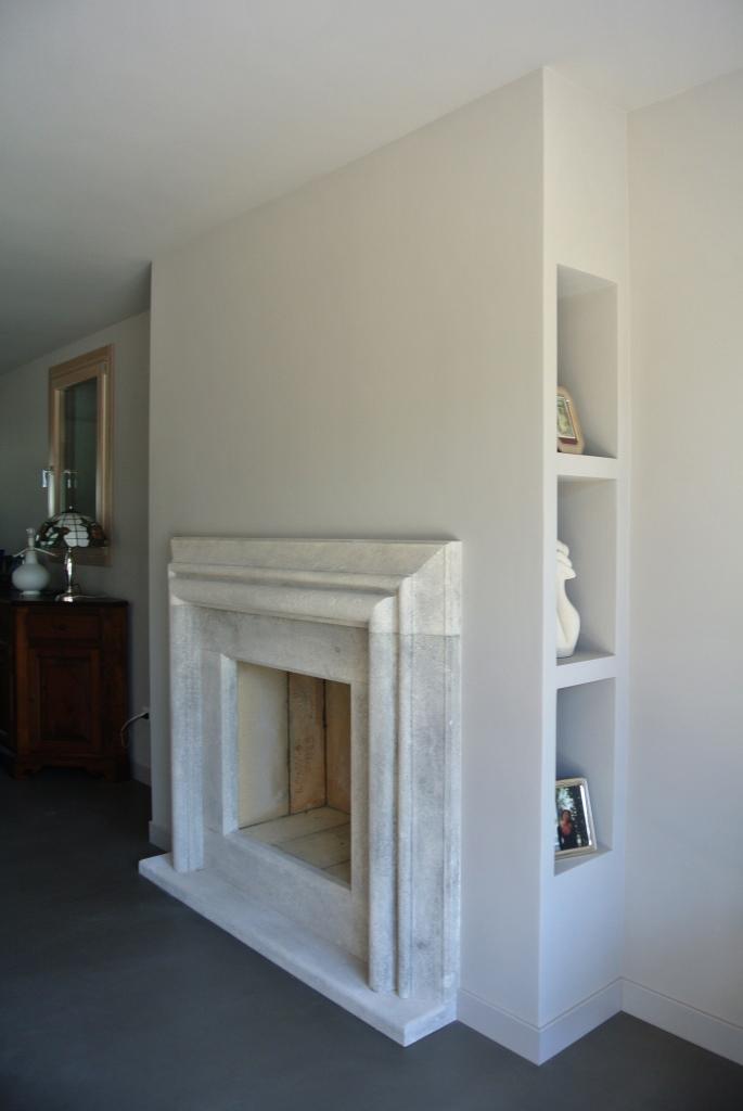 Cornice camino stile Salvator La Rosa in pietra bianca antichizzata con patina grigia