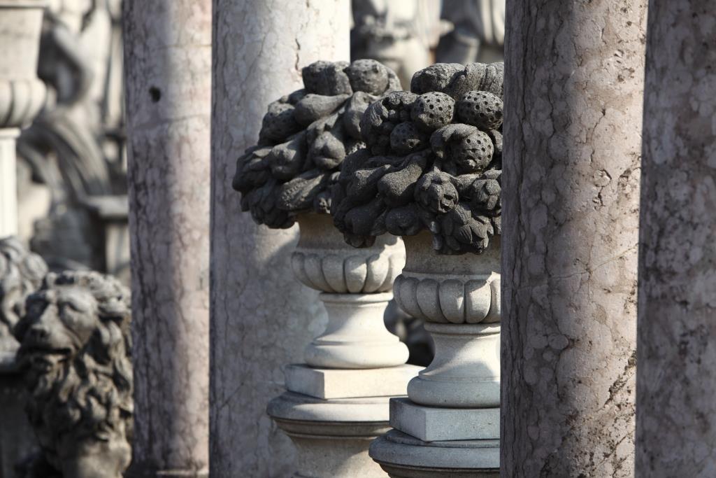Ceste frutta in pietra di Vicenza e colonne in mamo di Verona