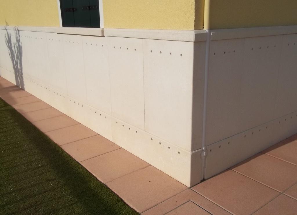 Zoccolatura con fori per ventilazione per risolvere un problema di umidità sul muro esistente