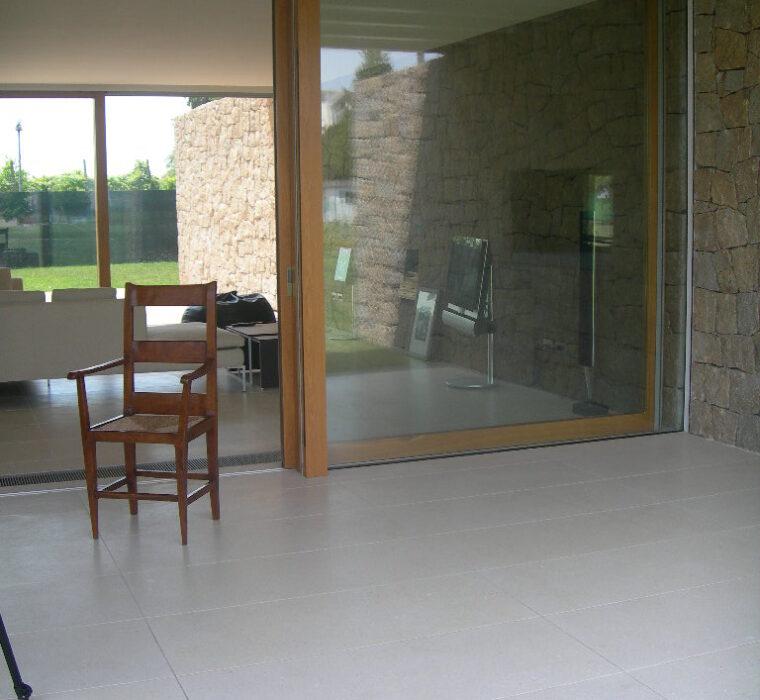 Pavimento in pietra di Vicenza bianca in lastri di grandi formato a casellario