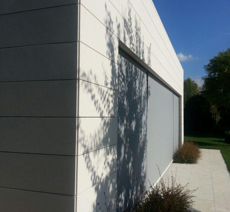 Rivestimento in pietra bianca istallato con il sistema ventilato