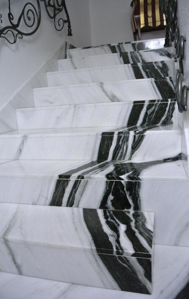 Rivestimento scala in marmo Panda White con vena continua