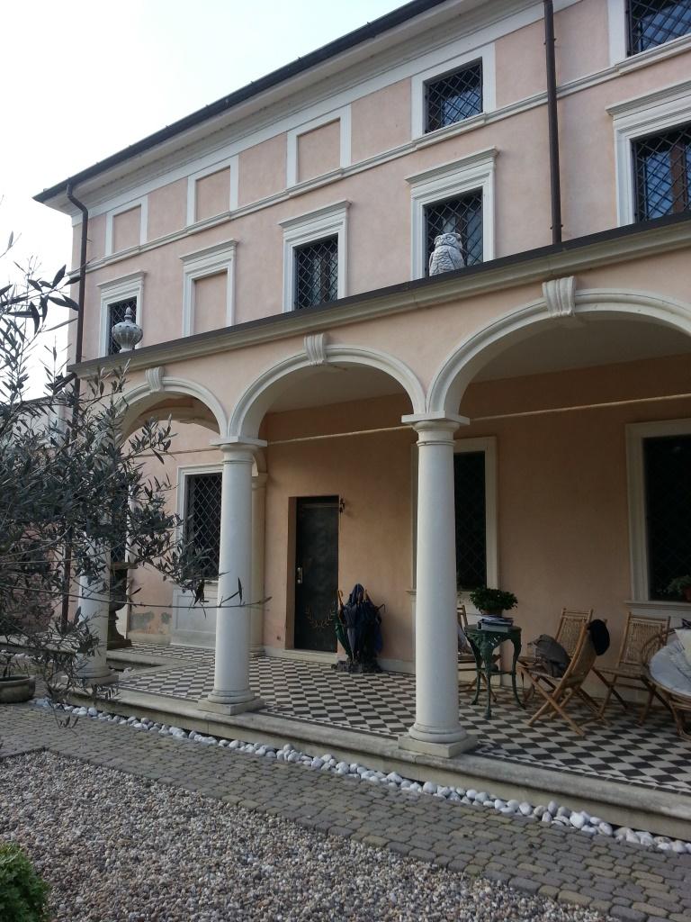 Elementi architettonici in pietra di Vicenza: cornici delle finestre, colonne, balaustre