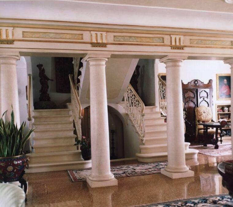 Scala in pietra palladio bianca e colonne