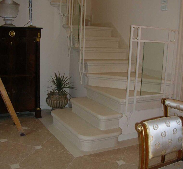 Pavimento in pietra palladio gialla con tozzetti in pietra palladio bianca e scala nello stesso materiale