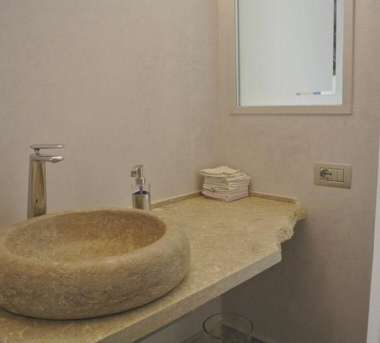 Piano e ciotola lavello in pietra grigia con bordo liscio e a spacco