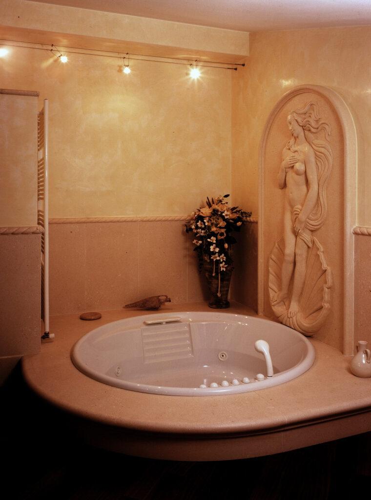Rivestimento pareti e vasca in pietra bianca rivestimento pareti con bassorilievo scolpito a mano in pietra bianca.