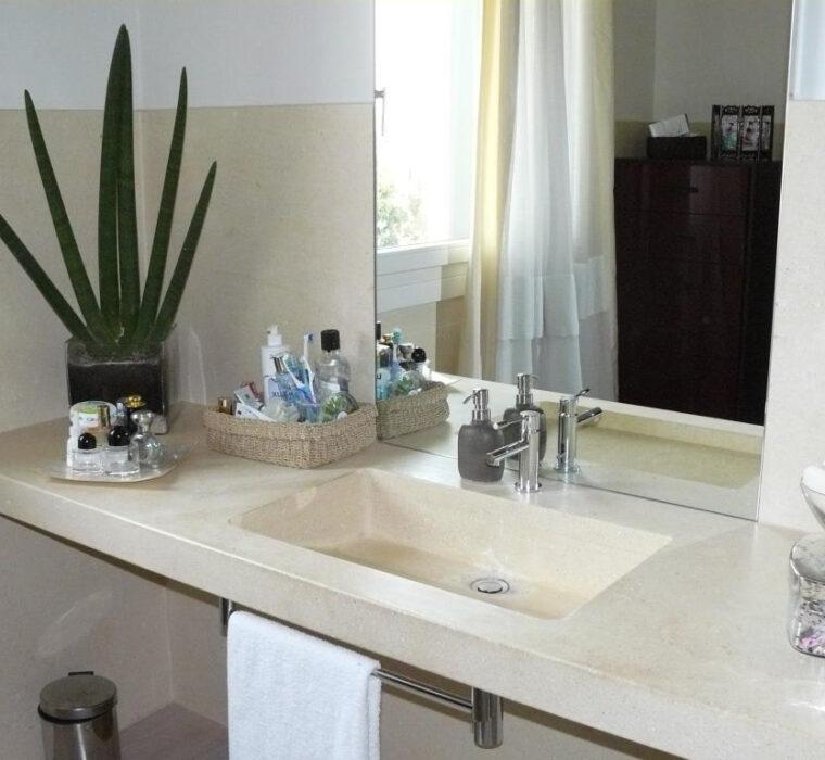 Piano e lavello a massello in pietra bianca.