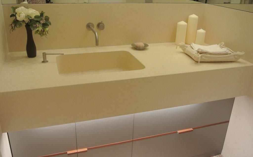 Blocco lavello a massello in pietra bianca.