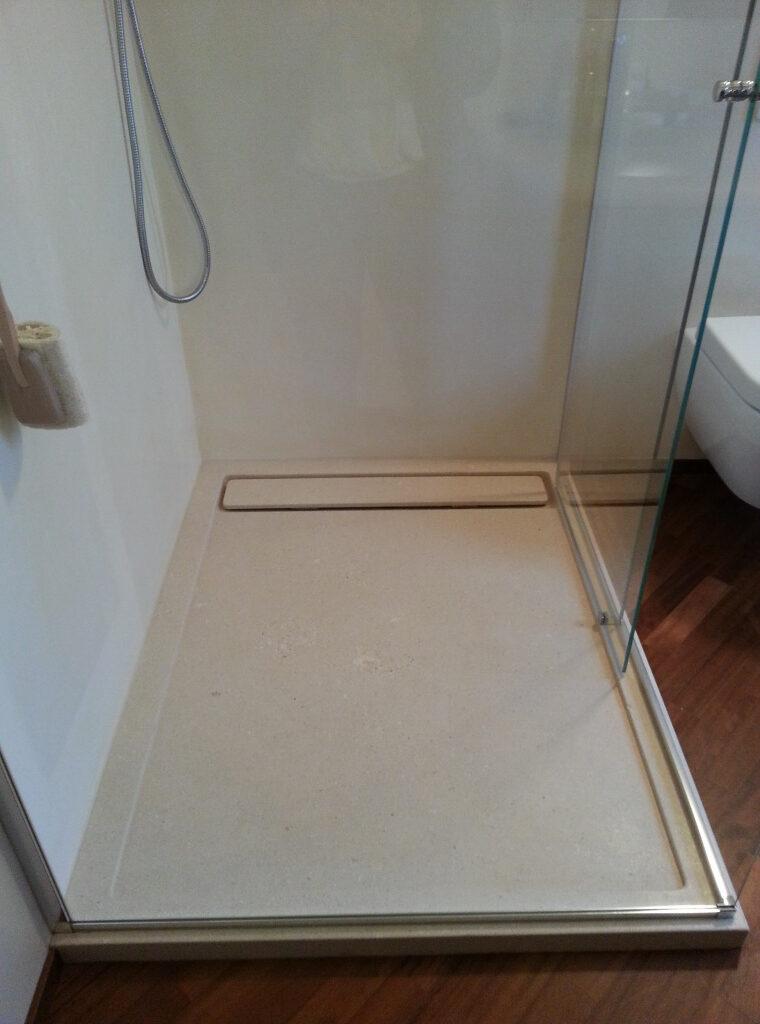 Piatto doccia a misura spessore cm 6 con copri piletta in pietra bianca.