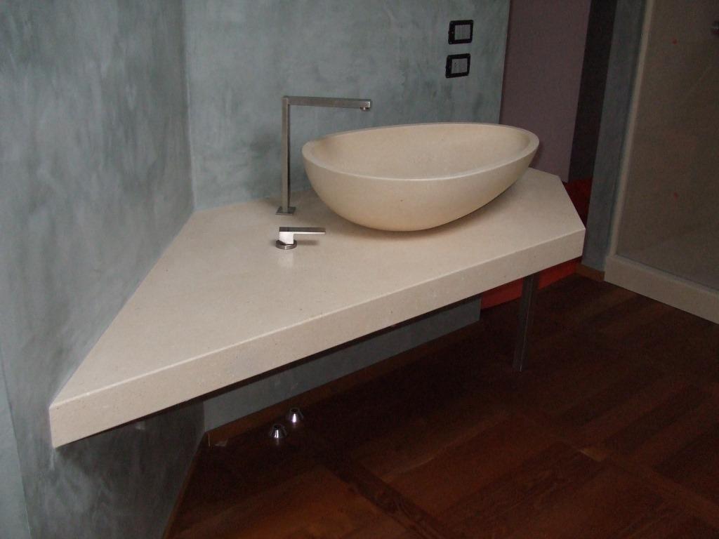 Piano e ciotola lavello in pietra bianca.